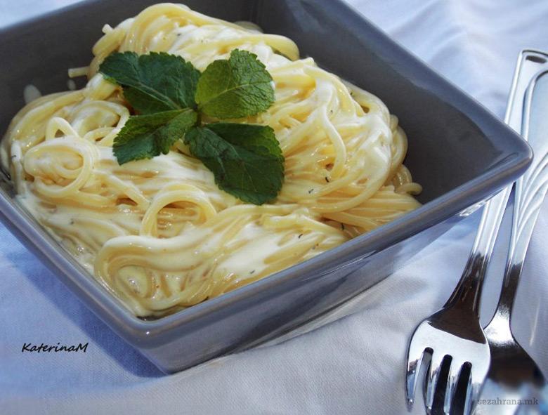 шпагети во сос од пармезан и зачини