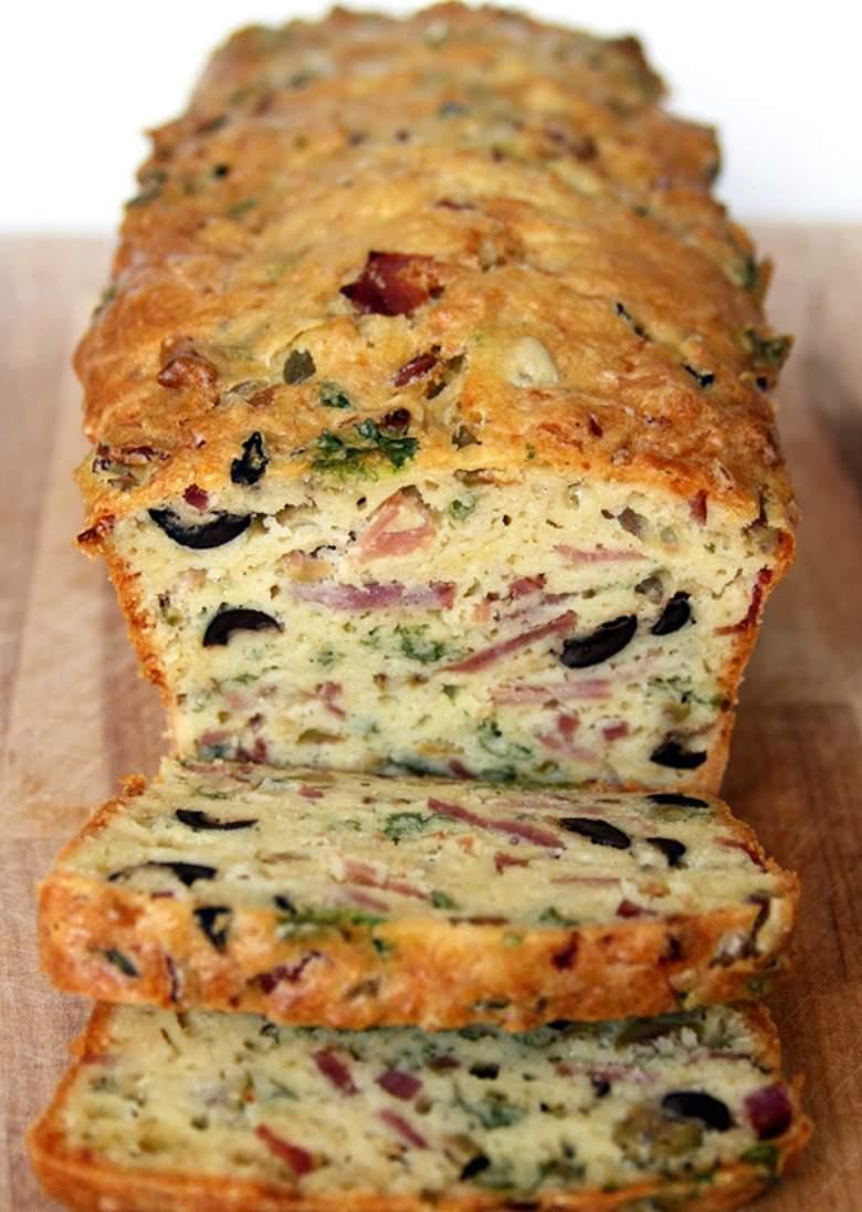 леб со маслинки, сирење и сланина