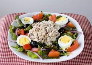 туна салата со домашен прелив