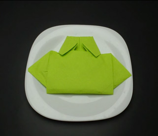 виткање на салфетки во форма на маичка