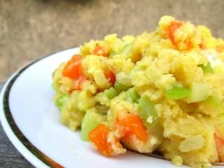 Кашел пикантна палента со зеленчук.