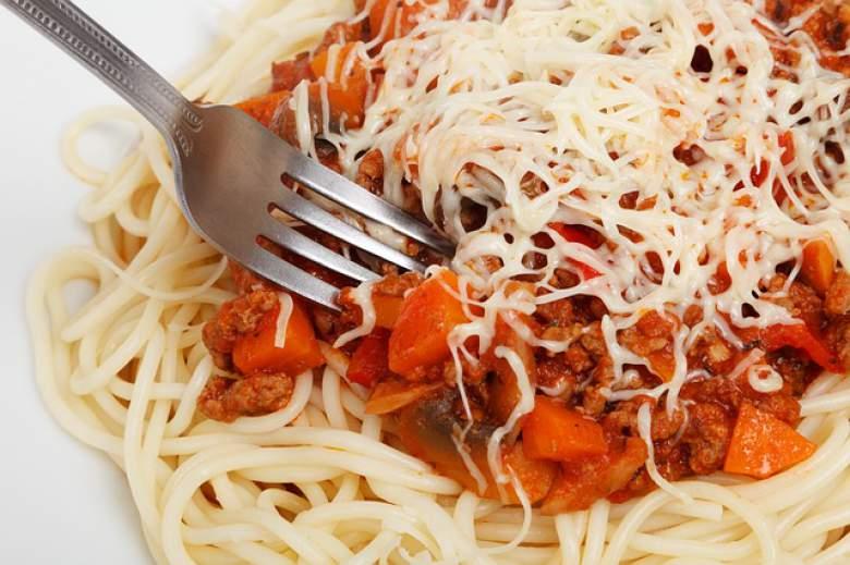 Шпагети со сос од говедско месо