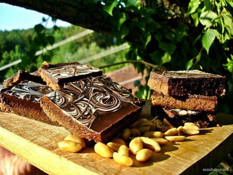 Чоколадни коцки со путер од кикирики - без печење