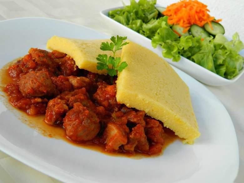Свинско месо во сос со палента