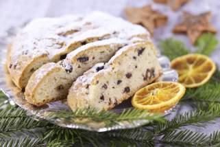 Божиќен колач со суво овошје.
