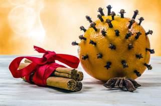 Празнична декорација од портокал и каранфилче.