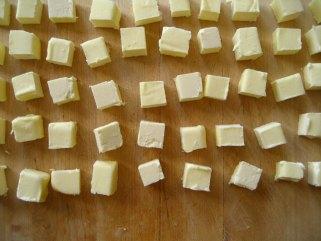 6 необични начини да искористите путер во домаќинството.