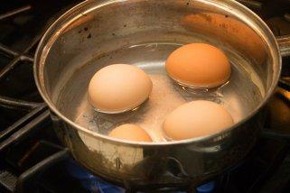 Како да сварите јајца без пукнатини 1