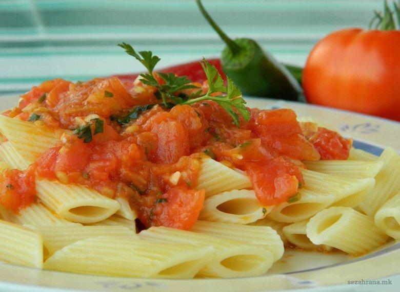 Макарони со лут сос од домати 2