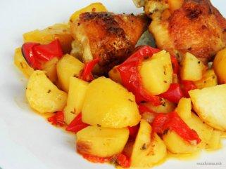 Печено пилешко со компири и пиперки