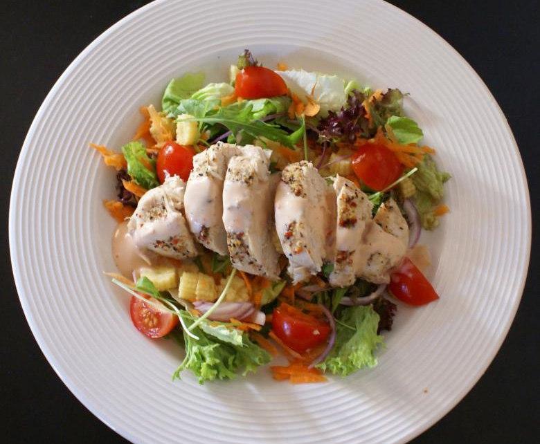 салата со пилешко месо