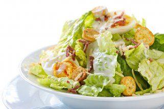 зелена салата со брускети
