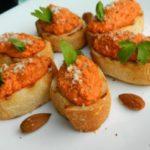 Посен и вегански рецепт за брускети со песто од пиперки 1