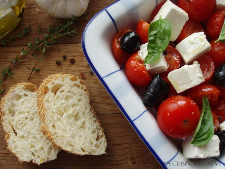 Медитеранска салата од запечена фета со домати и црни маслинки 2