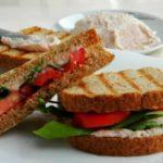 Сендвич со домашен намаз од шунка и сирење