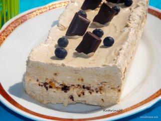 Леден кафе десерт со чоколадо и бадеми 1