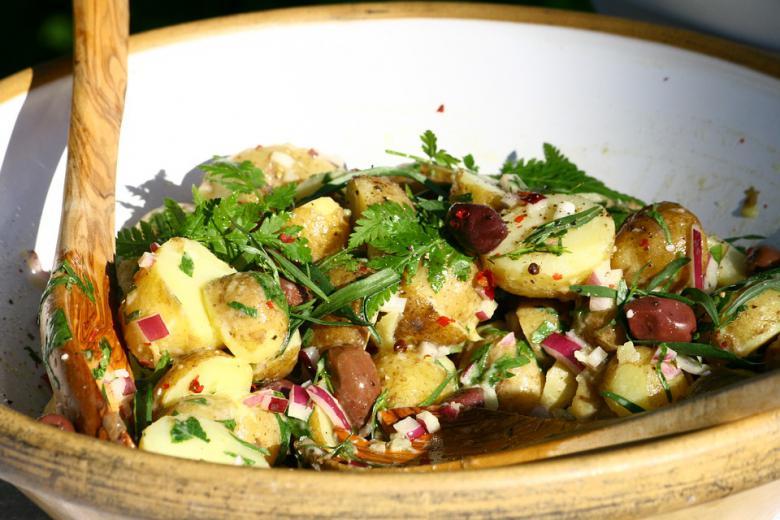 салата со компири и кромид