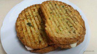 Тостирани лепчиња со сос од павлака, лук и босилек 1