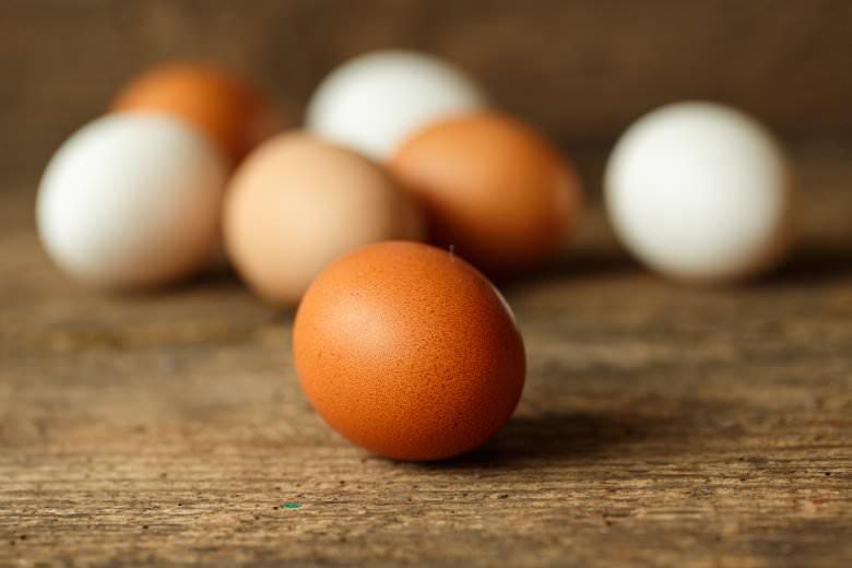 разлика меѓу јајцата со бела и кафеава боја
