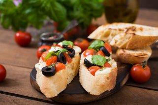 Експресни мезе брускети со домати, босилек и маслинки 1