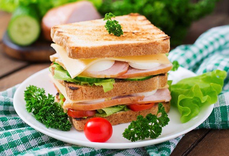 """""""Триспратен"""" клуб сендвич од тостирани лепчиња со павлака и јајце 2"""