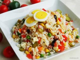 салата од ориз и зеленчук