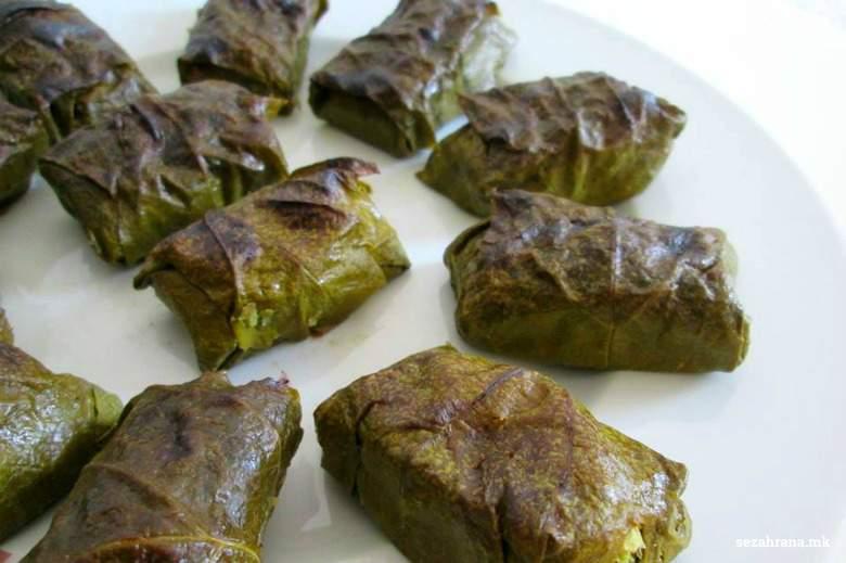 посна сарма од лозов лист од грав и маслинки