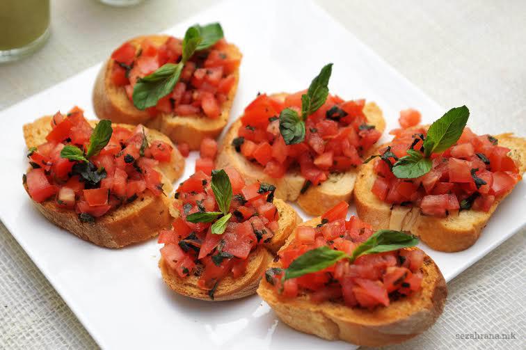 Брускети со домати и босилек