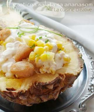 Егзотична салата со пилешко месо, ананас и пченка