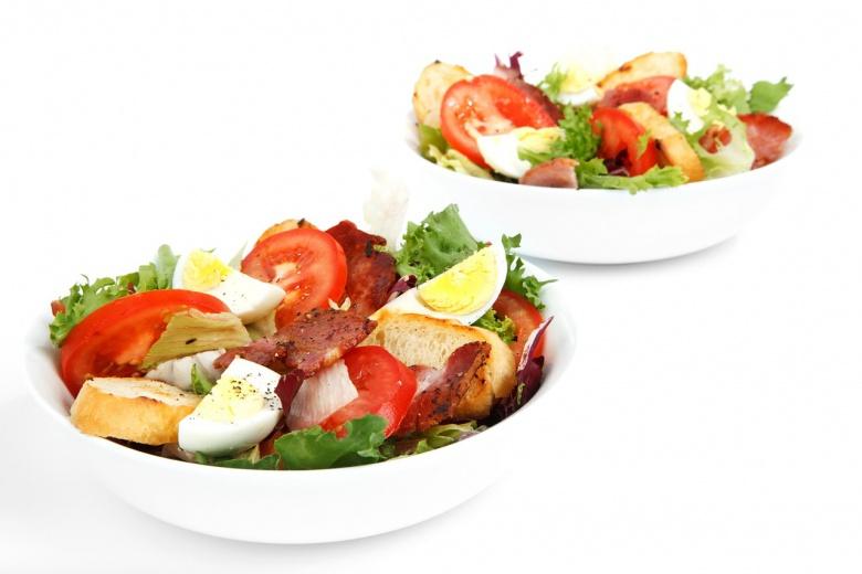 салата со домати, марула, јајце и сланина