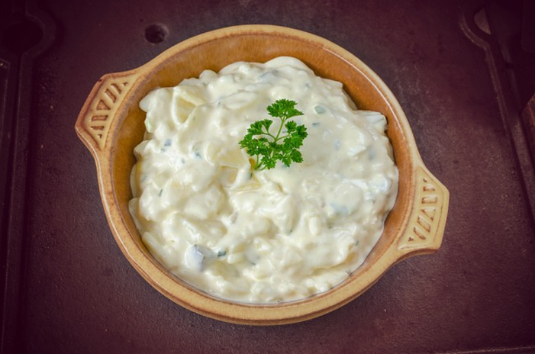 Бела салата со компир и мајонез