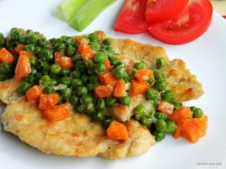 пилешки стек со грашок и моркови