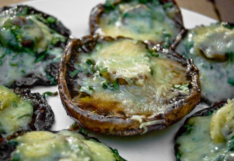 Печени печурки со лук и мајчина душица