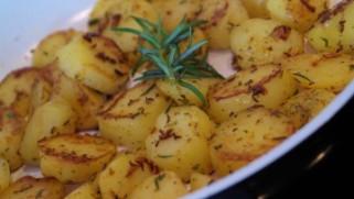 печени компири со лук и рузмарин 1