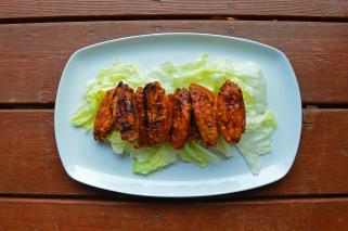 печени пилешки крилца во сос