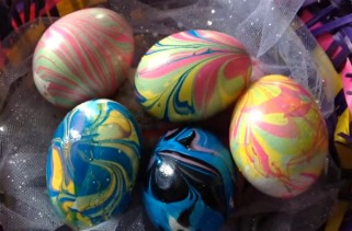 Направете лесно мермерни велигденски јајца 1