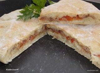Посна фокача со фил од туна, кромид и домати 1