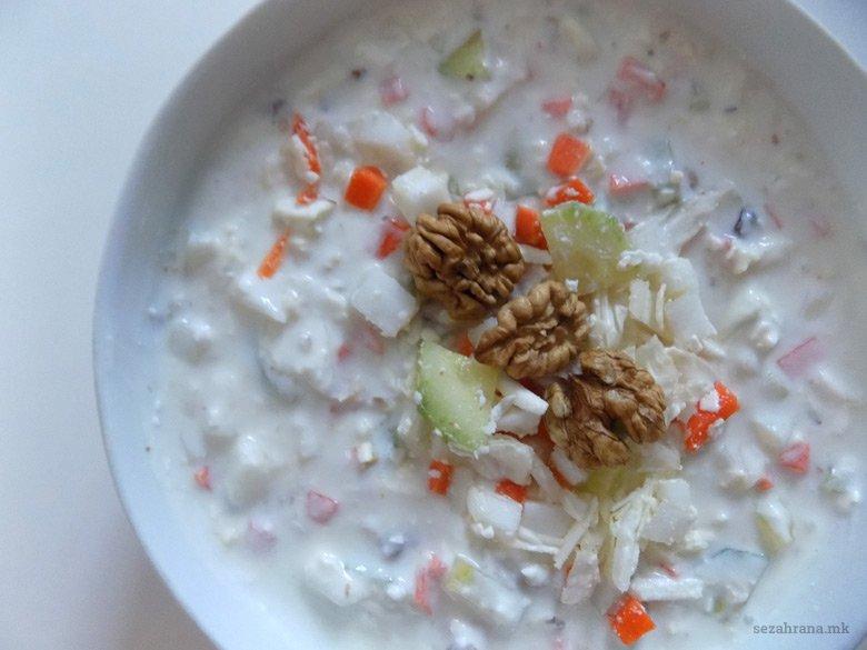 Свежа салата со кисело млеко, зеленчук и ореви 2