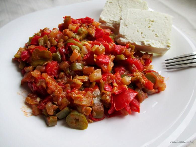 прилог од пиперки со домати