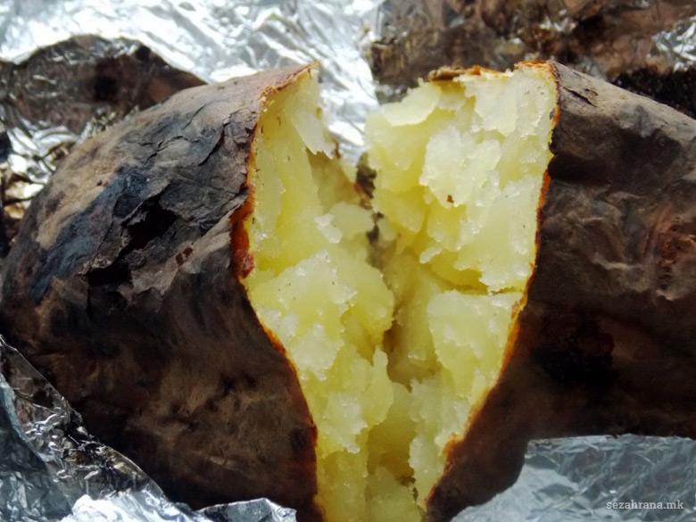 печени компири во фолија на жар