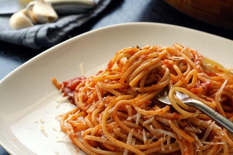 Запечени тестенини со туна и доматен сос 2