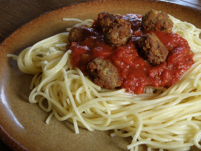 Италијански ќофтиња со тестенини во доматен сос 2