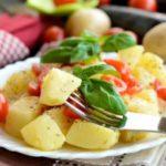 Медитеранска салата со компири и домати
