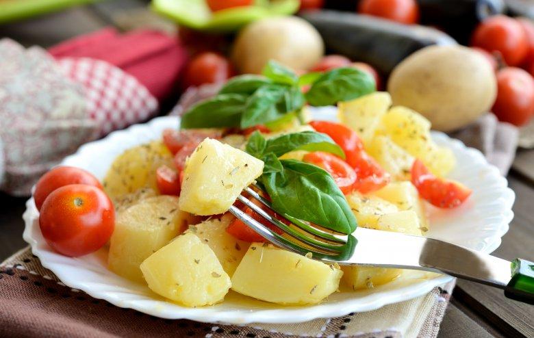 салата со компири и домати