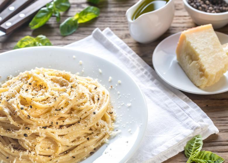 шпагети со сирење и црн пипер