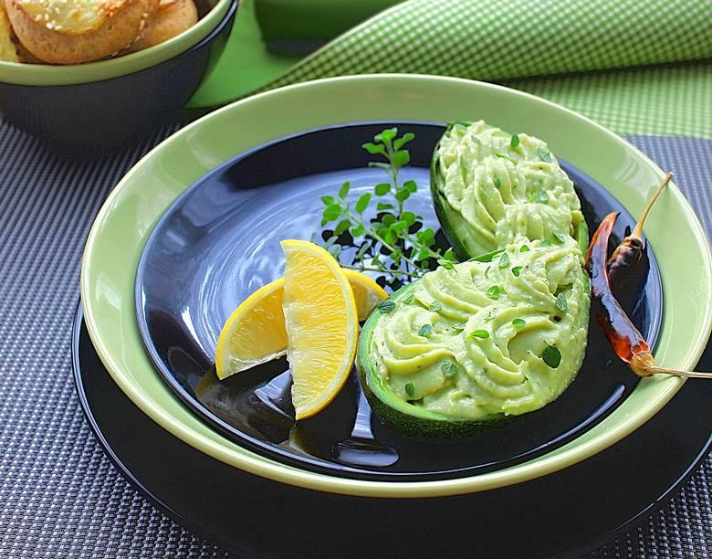 Посен хумус од грав и авокадо