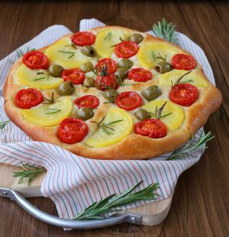 Посна фокача со компири, маслинки и домати