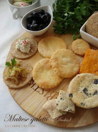 Посни солени бисквити со маслинки и зачини