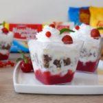 Овошен ладен десерт во чаша со цреши, јагоди и вишни 1