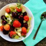 Пролетна овошна салата со јагоди и цреши